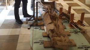 Imagen del sarcófago romano y el esqueleto que contiene.