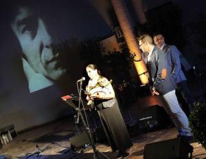 Aurora Carbonell, con la imagen de Enrique Morente de fondo.