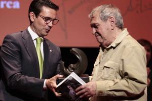 El alcalde entrega a Rafael Cadenas el Premio Lorca.