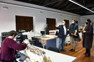 Bienvenido Martínez-Navarro, del equipo de investigador, explica al alcalde y la edil de Patrimonio detalles de los trabajos.
