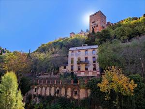 Vista del Hotel Reúma coronado por la Alhambra.
