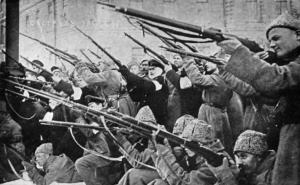 Ataque a la policía zarista durante los primeros días de la revolución de 1917.
