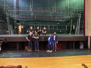 Lucía Garrido con trabajadores del Isabel La Católica durante su visita al teatro.