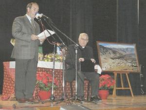 El autor del libro (izda.) durante el homenaje que le rindieron en El Padul al Padre Ferrer en 2007.