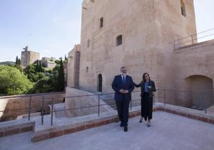 Rocío Díaz y el delegado de la Junta en Granada, en 2019, tras finalizar las obras de intervención.