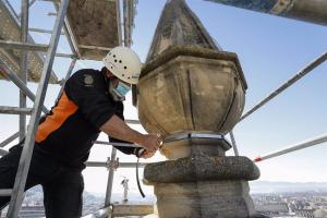 Un técnico trabaja en uno de los pináculos de la Catedral de Granada.