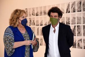 La diputada de Cultura y vicepresidenta de la Diputación con el artista.