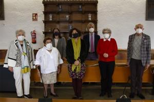 La rectora, con los hijos de Morales Alguacil, este miércoles tras la firma del convenio.