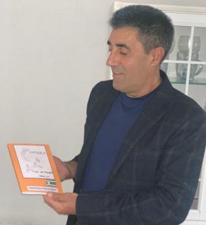 Manolo Ruiz posa con su libro.