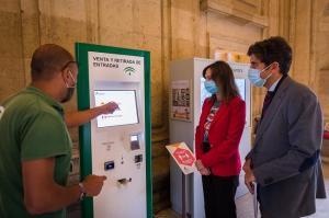 Máquina expendedora en el Palacio de Carlos V de la Alhambra para venta y recogida de entradas. La directora del patronato, Rocío Díaz, durante su visita.