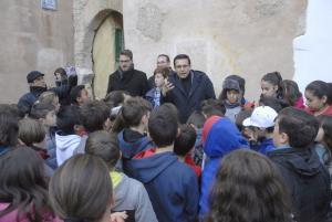 El alcalde de Granada con los alumnos y alumnas del Colegio Gómez Moreno que han visitado el Arco de las Pesas en el marco de un programa para concienciar sobre la conservación del patrimonio.