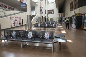 Señalización de asientos que no se pueden usar en la estación.