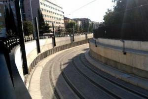 Catenaria del Metro en uno de los pasos inferiores.