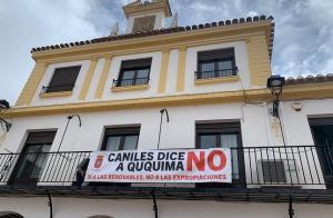 Pancarta contra las expropiaciones de la planta solar Ququima en el Ayuntamiento de Caniles.