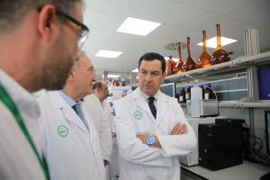 El presidente de la Junta durante su visita, este jueves, a la planta de Rovi en el PTS.