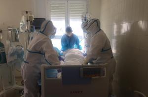 Un paciente con COVID-19 sometido a ventilación mecánica en una UCI.