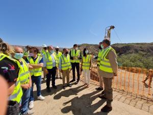 El delegado del Gobierno en su visita al Negratín, con alcaldes de la zona, la subdelegada y técnicos de la CHG.