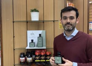 Alberto Díaz, con el aceite de Montefrío que se vende en farmacias británicas.