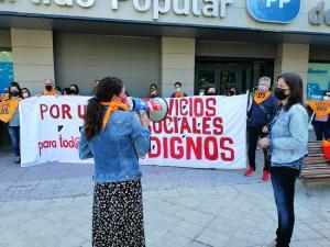 Ana Vanessa García atiende a los trabajadores.