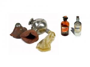 Un antiguo anestesiómetro y frascos de éter y cloroformo.