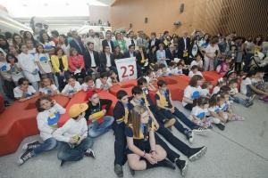 Foto de familia para celebrar el 23 aniversario del museo científico.