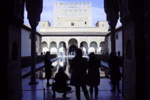 Imagen de archivo de turistas en una visita a la Alhambra.