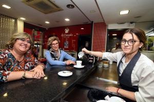 Una de las participantes que ha conseguido empleo en una cafetería.