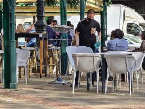 El paro ha bajado en más de 5.000 personas en el sector servicios de Granada.