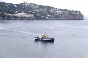 El buque oceanográfico Ángeles Alvariño en la Bahía de La Herradura.