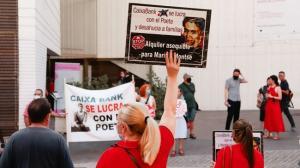 Imagen de la protesta ante el Centro Lorca.