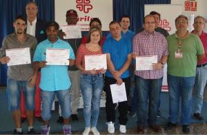 Participantes en cursos de formación laboral, con sus diplomas.
