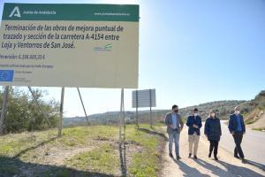 Autoridades de la Junta y de Loja, junto al cartel de las obras.