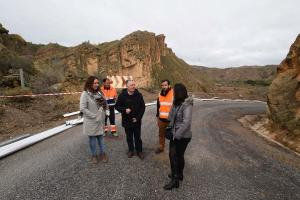 Responsables de Diputación inspeccionan la carretera.