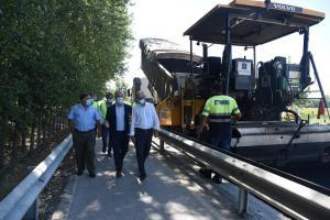 El diputado de Obras y el alcalde de Santa Fe, durante la visita al tramo en obras.