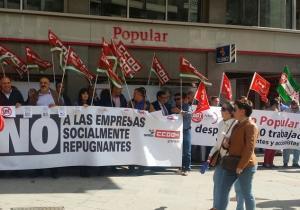 Concentración frente a la oficina principal del Popular en Granada.