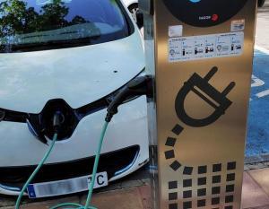 Un coche eléctrico recargando.