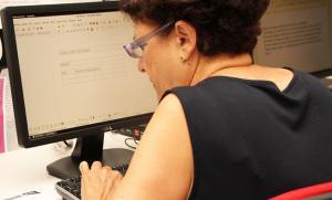 Una usuaria practica en un ordenador.