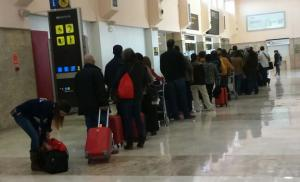 Cola de viajeros en el Aeropuerto.