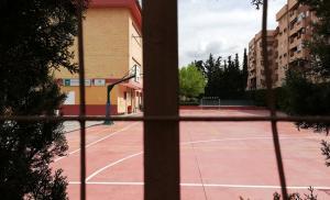 Patio de un colegio de la capital, vacío durante el estado de alarma.