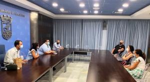 Reunión entre los comerciantes y los representantes del gobierno local.