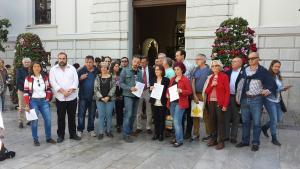 Los integrantes de la marea amarilla y representantes políticos y de colectivos ciudadanos, en la Plaza del Carmen.