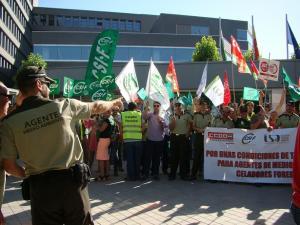 Concentración frente al complejo de la Junta en Almanjáyar.