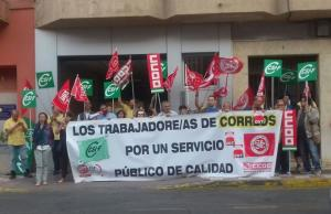 Concentración frente a la oficina de Correos de Albolote.