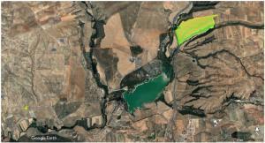 En amarillo, el área que ocupará la planta solar CSF Cubillas, junto al pantano (en verde) y pegada a la A-44. Las otras dos plantas se situarán a la izqda. del río Colomera (franja verde oscuro a la izqda. del embalse)