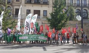 Concentración este lunes frente a la Delegación del Gobierno andaluz.