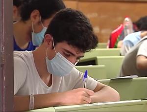 Estudiantes haciendo un examen.