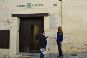 Virginia Fernández junto al director del Centro Albayzín, Antonio Suárez.