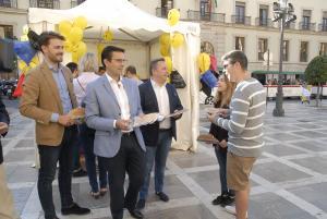 El alcalde reparte material turístico acompañado por los responsables de Turismo de Junta y Diputación.