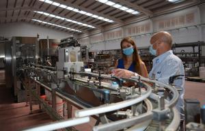 Virginia Fernández visita las instalaciones de la empresa.
