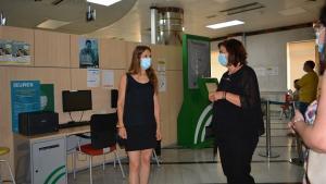 La delegada de Empleo (izqda.) visita una de las oficinas del SAE.